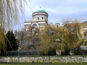 Blick auf die Basilika von der Donau aus
