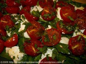 Rucola mit mondgetrockneten Tomaten, Minze und Ziegenkäse
